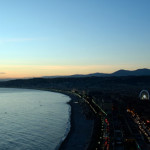 nice, capitale de la côte d'azur à la tombée de la nuit